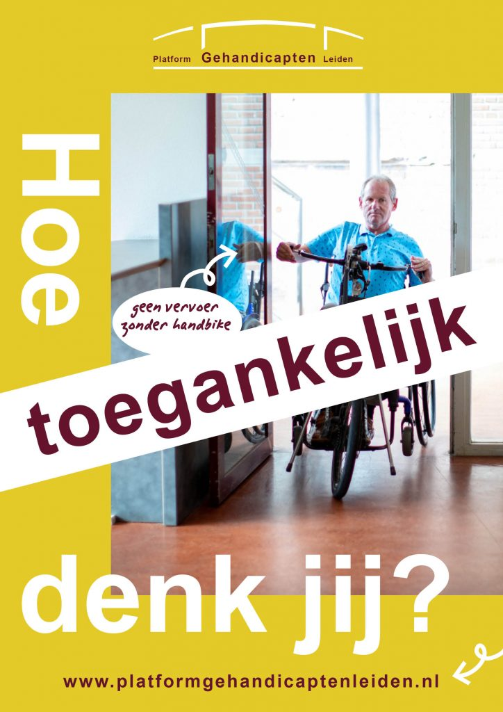 """Poster van campagne """"Hoe toegankelijk denk jij?"""" Hans rijdt met zijn handbike door een deur. Over de poster staat een balk met daarin de tekst: Hoe toegankelijk denk jij?"""